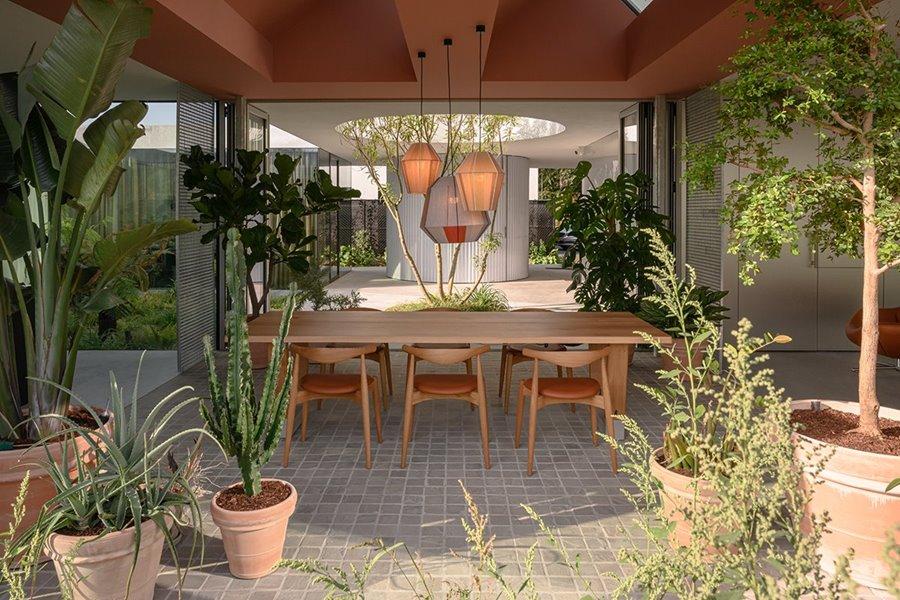 Afbeelding met plant, gebouw, portiek, dineren