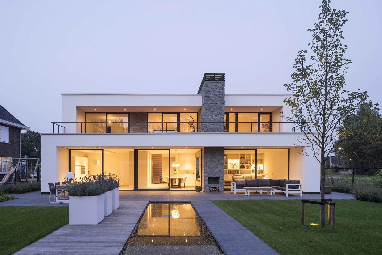 Gevel moderne villa met grote raampartijen