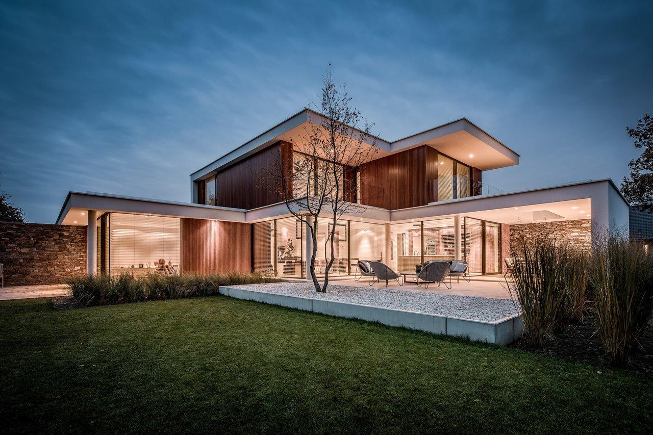 Hedendaagse villa met grote aluminium schuiframen