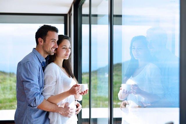 man en vrouw kijken naar buiten