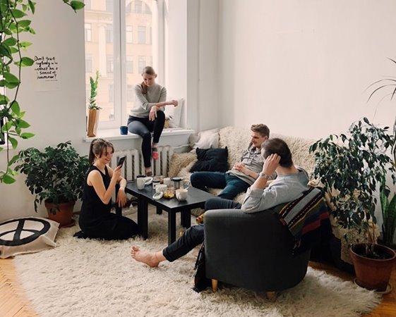 Vrienden in knusse woonkamer
