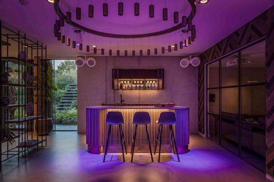 bar in moderne woning met grote ramen