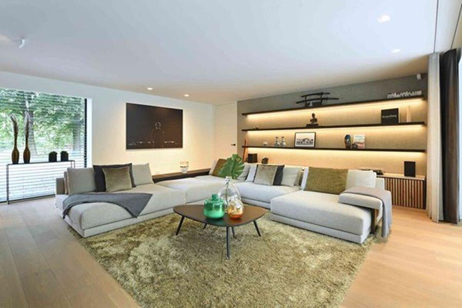 moderne woonkamer met warm interieur
