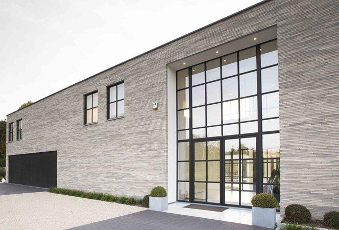 Luxe residentie met ramen met een stalen uiterlijk
