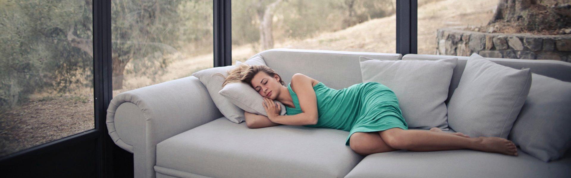 Femme allongée sur le canapé