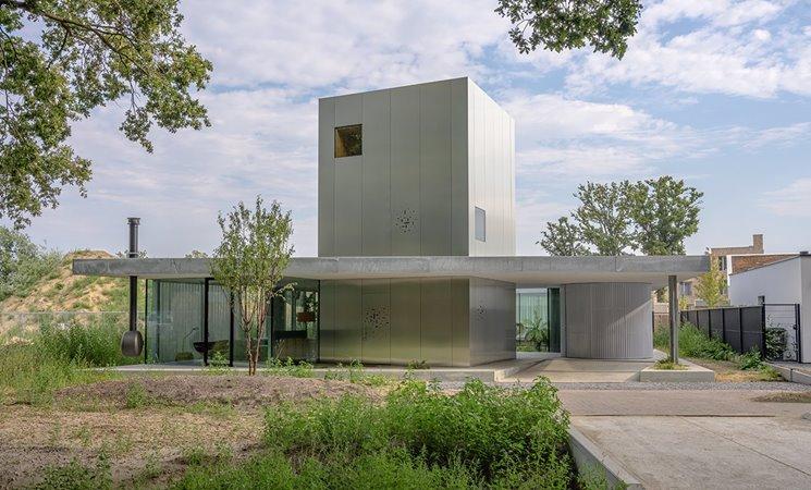 Hedendaagse villa met grote aluminium ramen