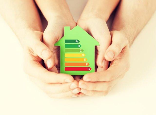 Handen van moeder en kind om duurzaam huisje