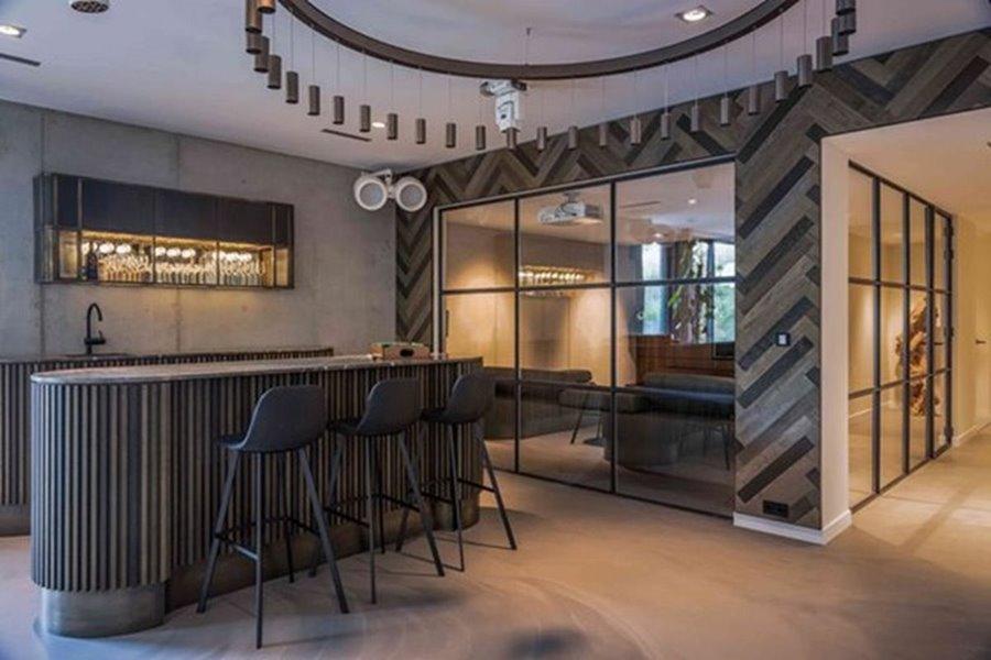 bar in kelder met grote ramen