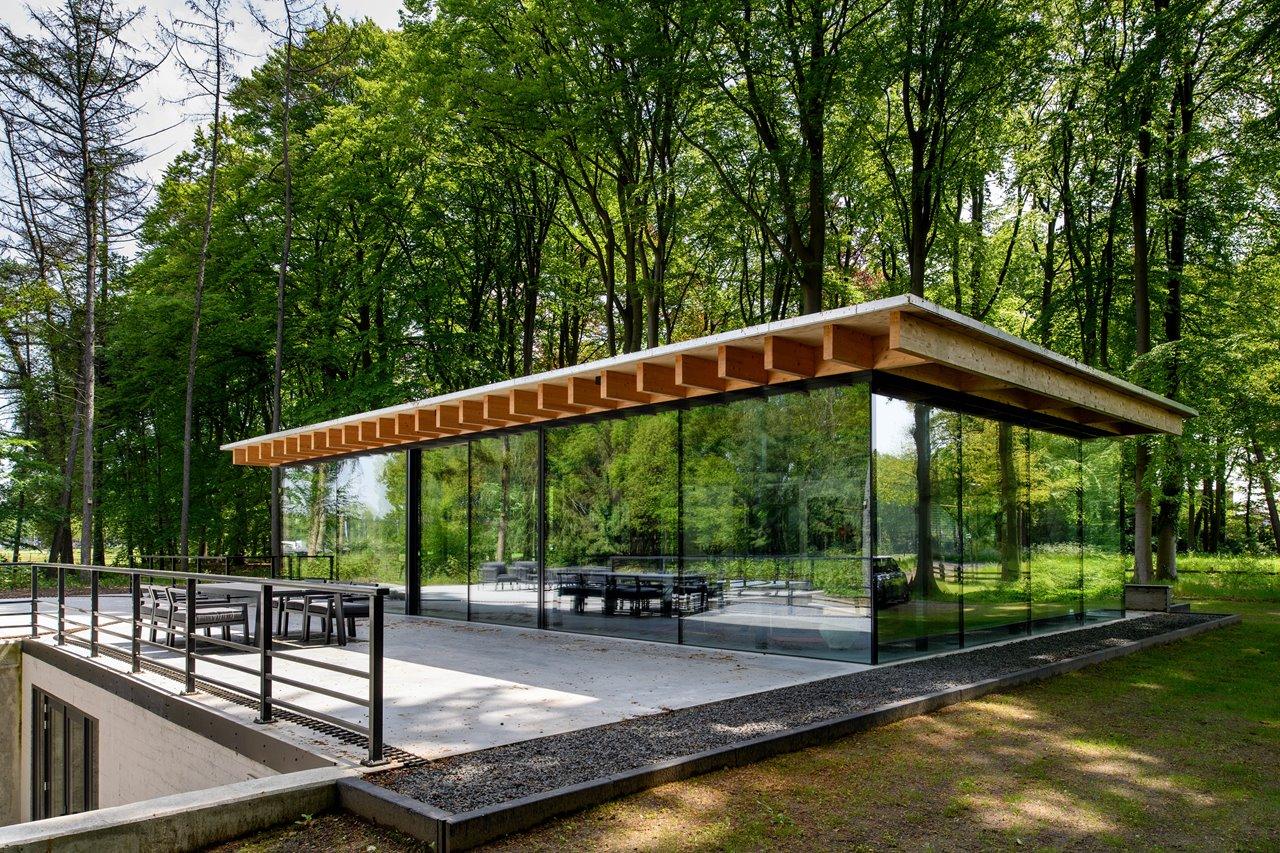 Transparante villa met grote aluminium Infinium schuiframen