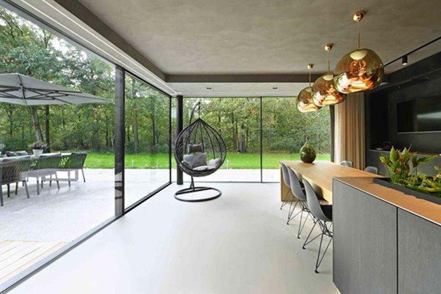 moderne keuken met grote schuiframen