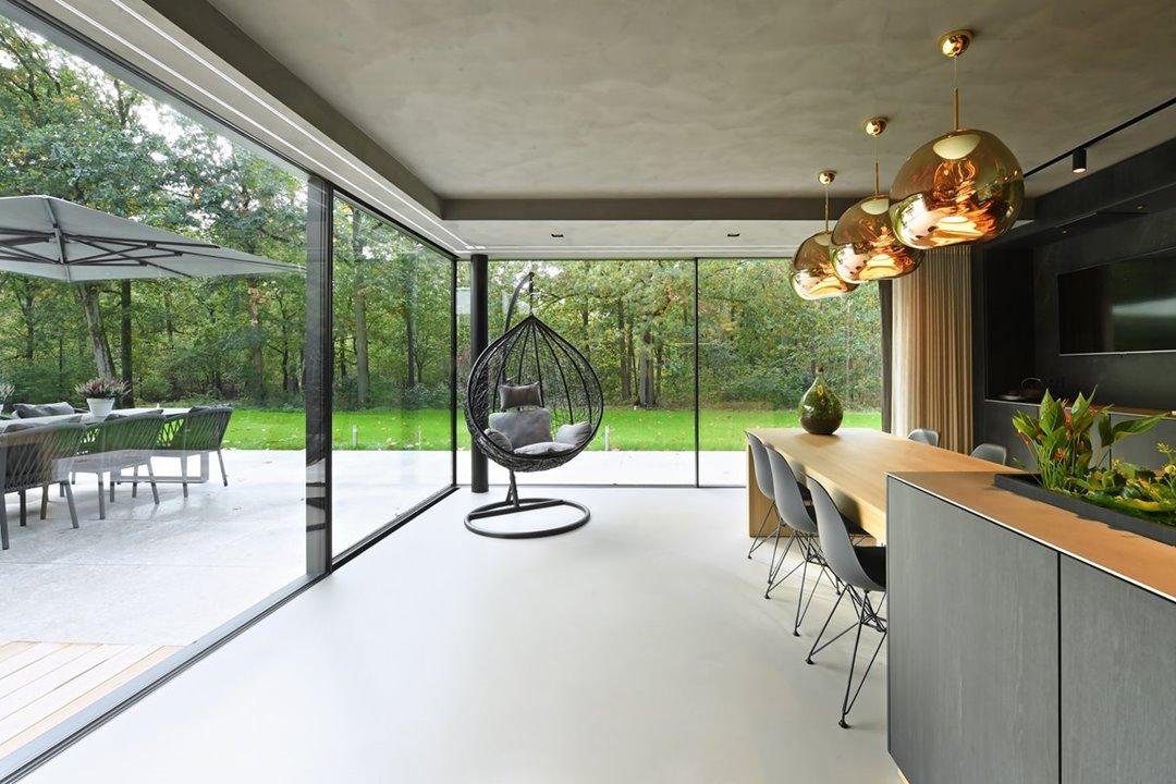 moderne keuken met zicht op tuin en groot aluminium raamkozijn