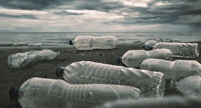 vervuiling door pet-flessen aangespoeld uit zee