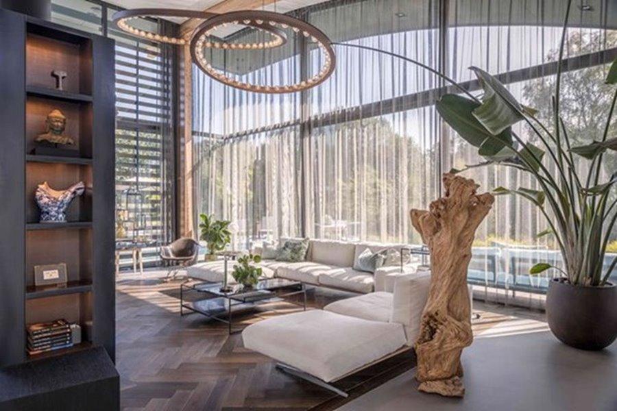 grote ramen in luxe woonkamer