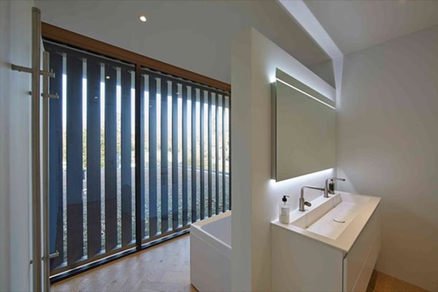 moderne badkamer met groot raam