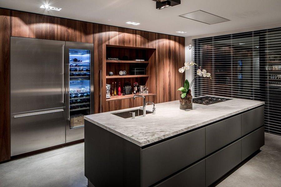 Luxueuze keuken met keukeneiland en grote aluminium schuiframen