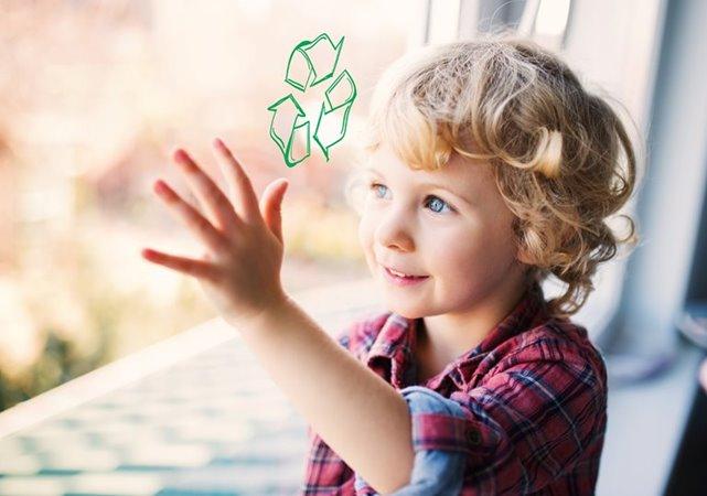 Kind kijkt door raam met recycle logo
