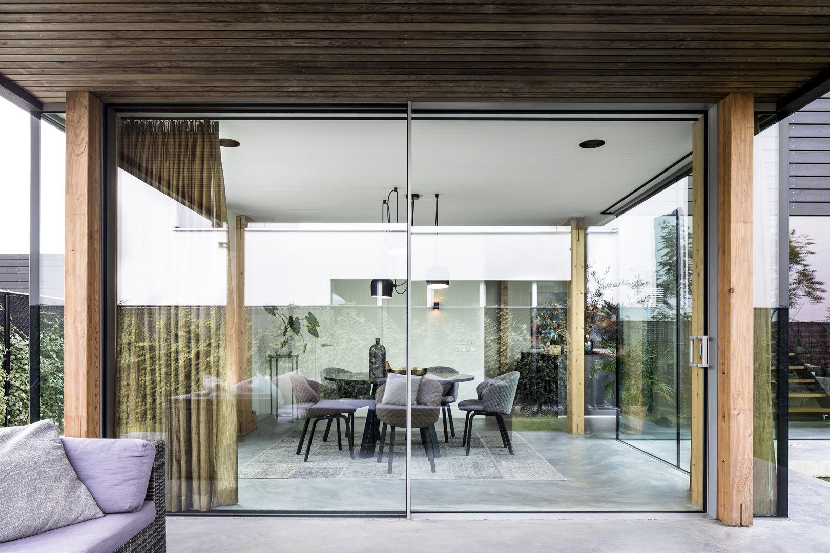 Porte coulissante au design minimaliste vitrée jusqu'au plafond