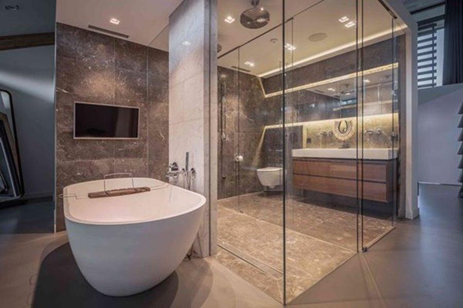 luxueuze badkamer met ligbad