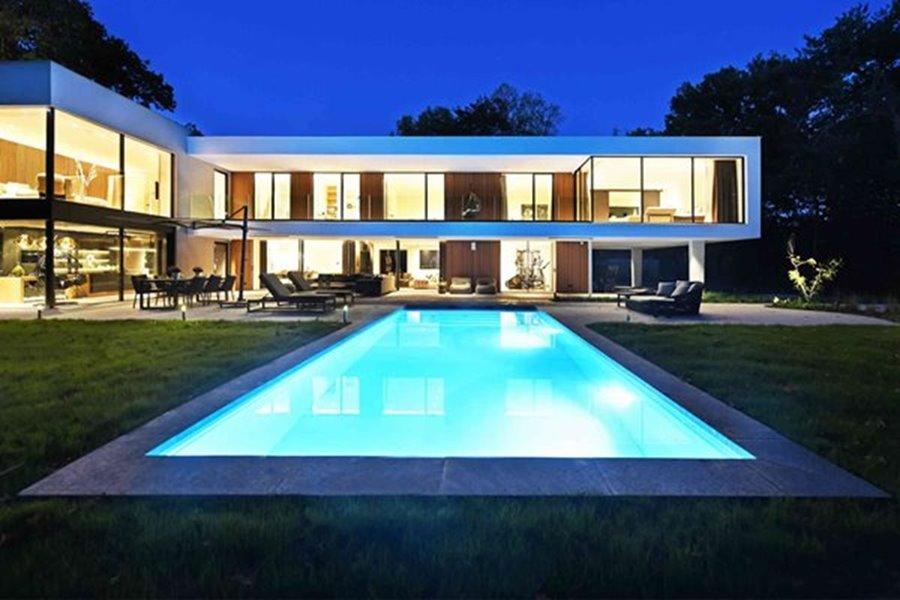 grote ramen moderne villa met zwembad