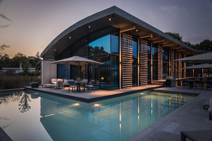 Kolos schuifraam in gevel van moderne villa
