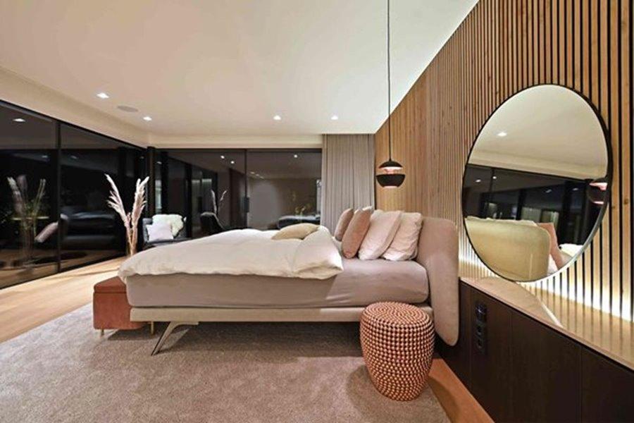 moderne slaapkamer met grote raampartijen