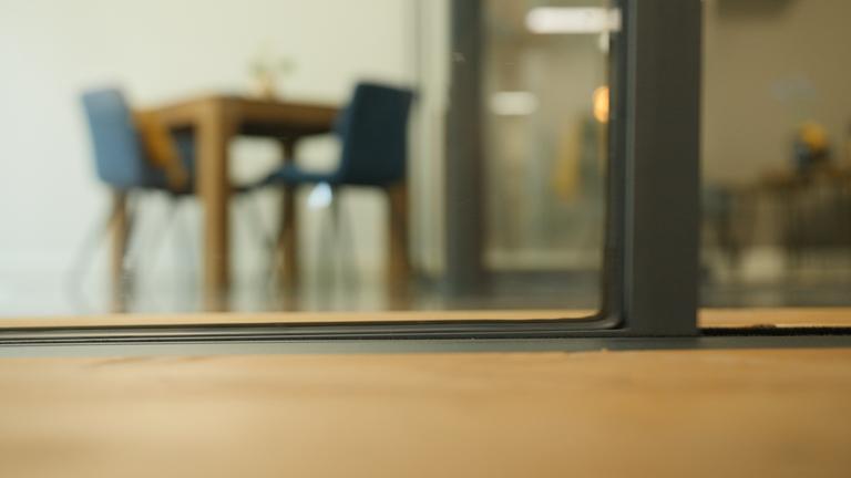 onscherp beeld van met glas omsloten spreekkamer