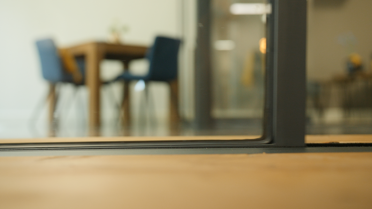 Tafel met stoelen in afgesloten glazen kantoorruimte