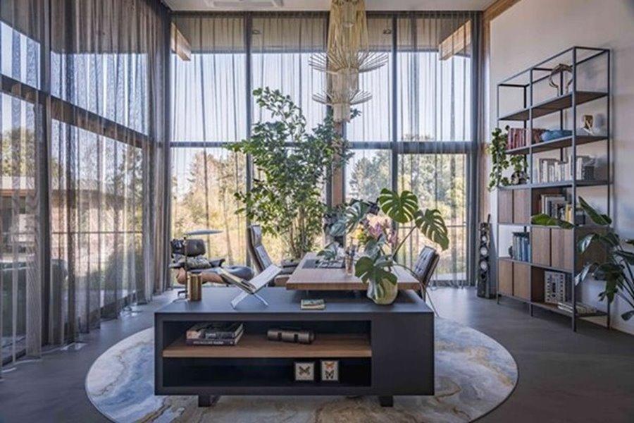 modern bureau met grote ramen