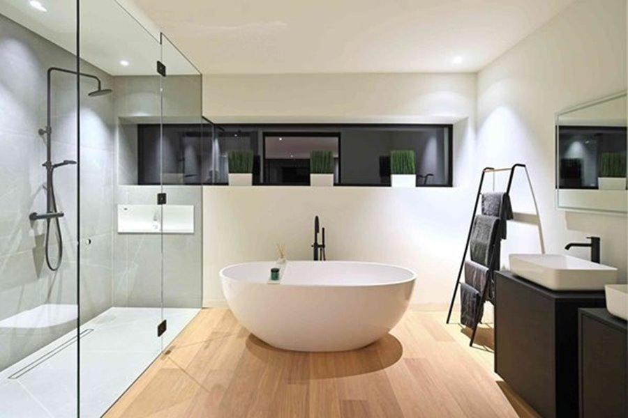 moderne badkamer met ligbad en grote ramen