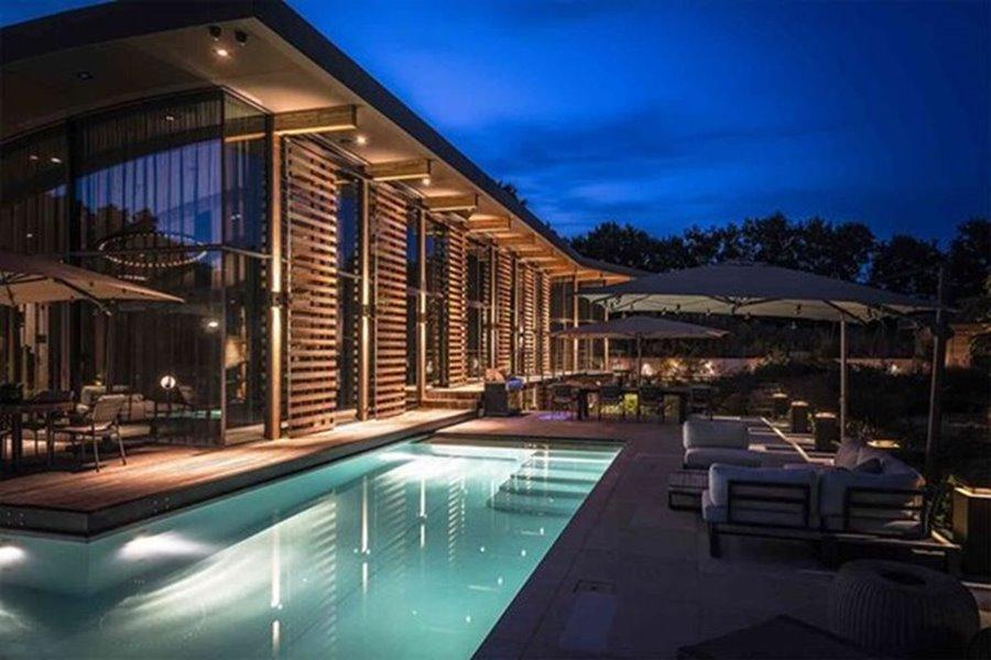 grote ramen in gevel met zwembad